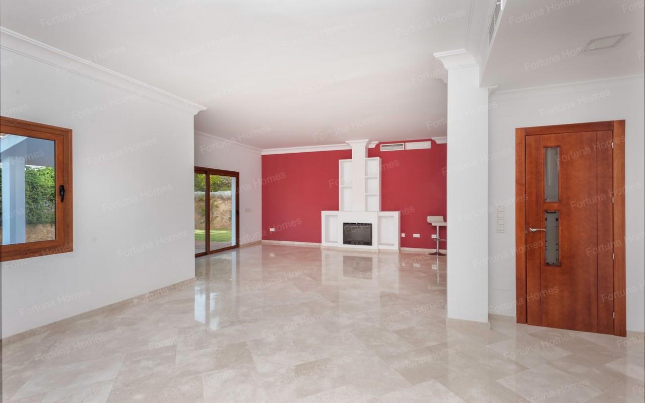 Villa en venta en La Cala Mijas Golf con un amplio salón con chimenea