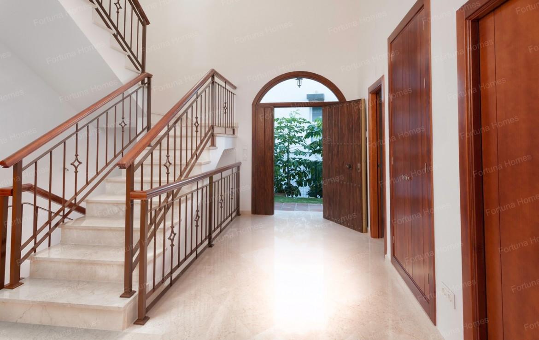 Villa en venta en La Cala Mijas Golf con una amplia entrada a la casa