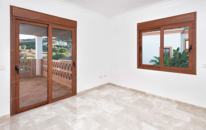 Villa en venta en La Cala Mijas Golf con dos terrazas de acceso directo desde las habitaciones