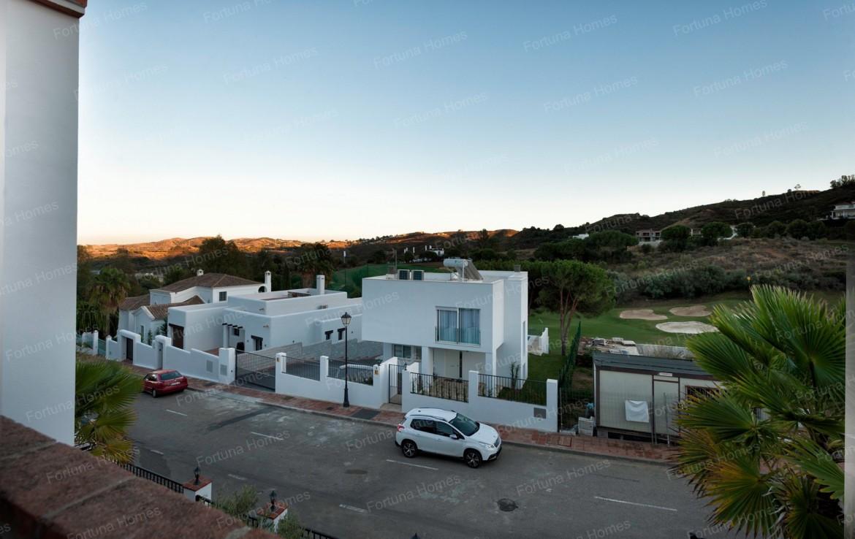 Villa en venta en La Cala Mijas Golf situada en una zona tranquila con vistas directas al campo de golf y la montaña