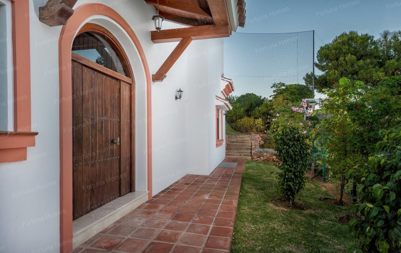 Villa en venta en La Cala Mijas Golf con amplias zonas verdes rodeando la vivienda