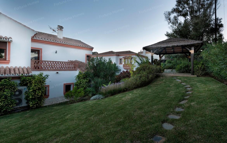 Villa en venta en La Cala Mijas Golf con cenador de madera para las noches de verano