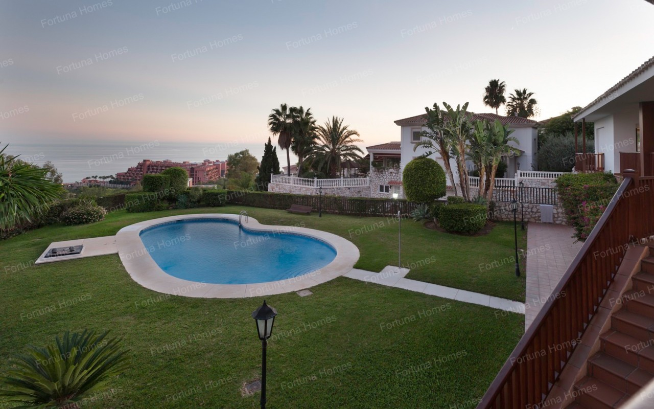 Villa en venta en La Capellanía (Benalmádena) con vistas panorámicas a la piscina y el mar